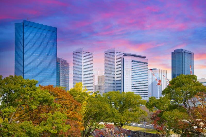 大阪商业区城市地平线,当在秋天期间时的日落 库存图片