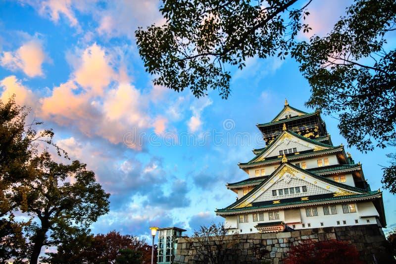 日本大阪_大阪城堡在大阪,在五颜六色的淡色夏天太阳期间的日本