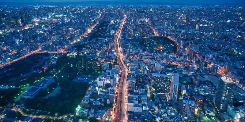 大阪市地平线-亚洲现代企业城市,都市风景俯视图在晚上 库存图片