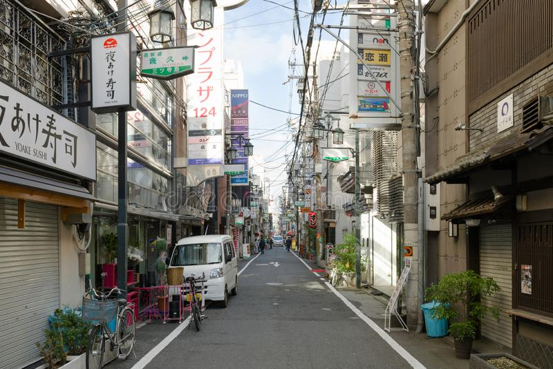 大阪,日本- 2018年11月2日:一条空的街道在大阪日间市中心 Chūō-ku,Higashishinsaibashi,大阪 库存照片