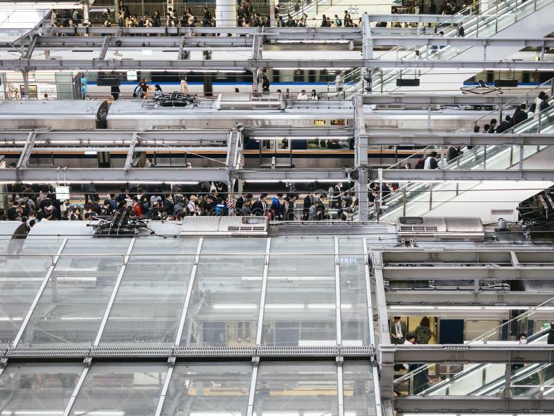 大阪,日本- 2017年4月19日:大阪站有人城市生活方式运输的火车平台 免版税库存图片