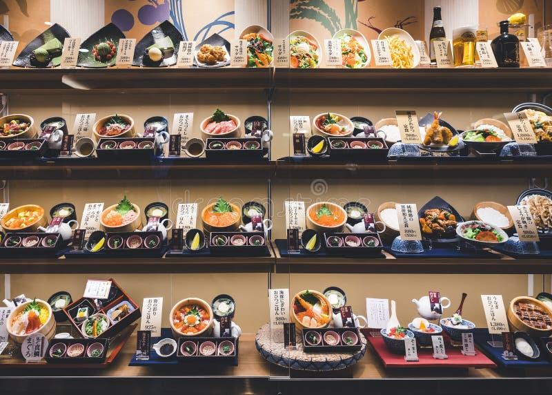 大阪,日本- 2017年4月12日:日本餐馆与式样菜单日本食家的食物显示 库存照片