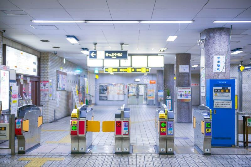 大阪,日本- 2017年11月15日:通勤者的自动门机器 库存图片
