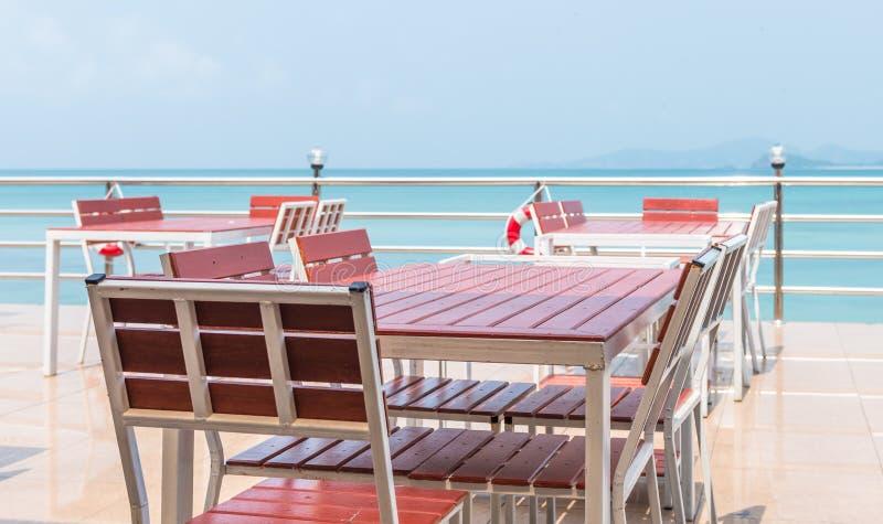 大阳台与室外的海视图 库存图片