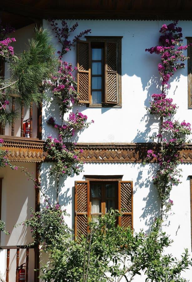 大阳台和花在旅馆里。 图库摄影