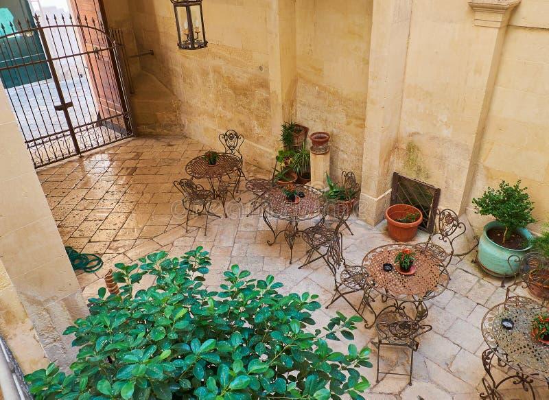 大阳台在南意大利的一个巴洛克式的宫殿的庭院里.图片