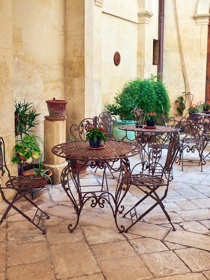 咖啡馆大阳台在南意大利的一个巴洛克式的宫殿的庭院里图片