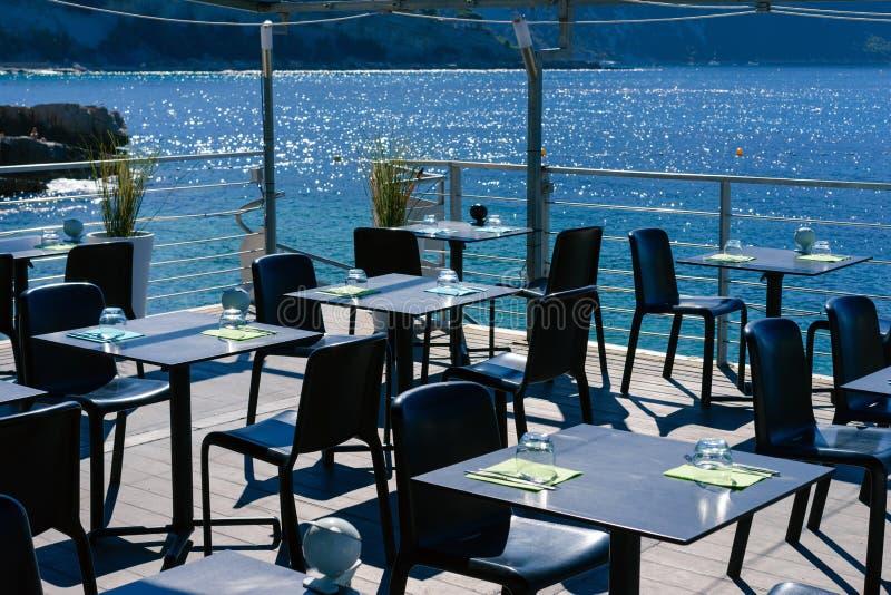 大阳台室外咖啡馆有海视图 图库摄影