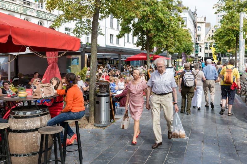 大阳台的松弛人街市在城市安特卫普,比利时 库存图片