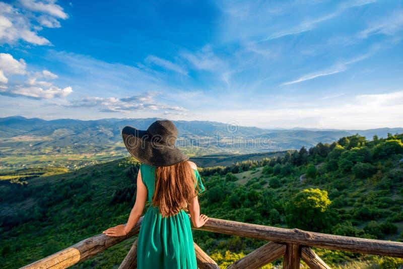 从大阳台的美好的山风景视图 免版税库存照片