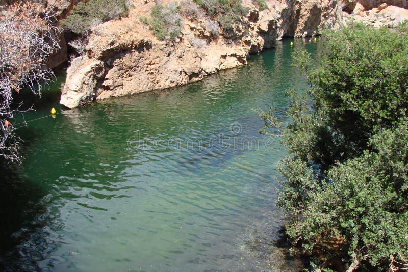 大陆希腊南部的海岸的热量湖  06 20 2014年 活跃消遣休息在温泉城中水域  库存图片