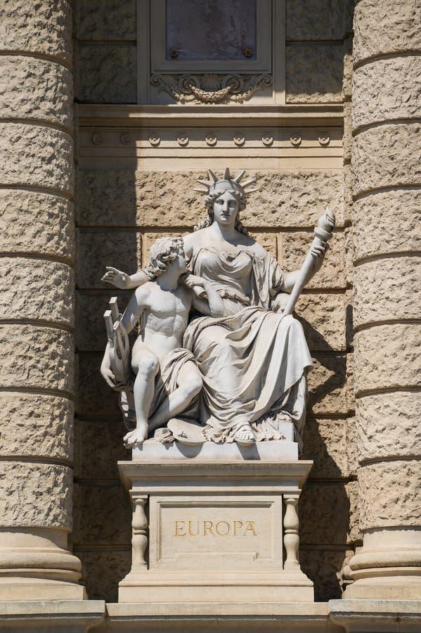 大陆欧洲,自然历史,维也纳,奥地利博物馆的门面的寓言的雕象  免版税库存图片