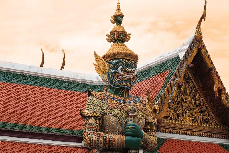 大雕象在寺庙保持 图库摄影