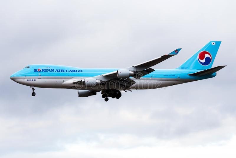 大韩航空货物波音747-400 HL7437在法兰克福国际机场的货机着陆 免版税库存照片