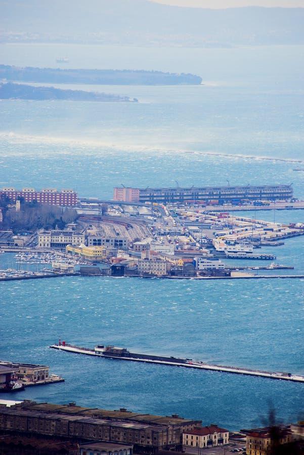 大风力量风Bora的里雅斯特,意大利 顶看法 免版税库存照片