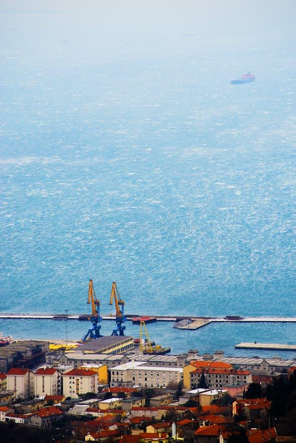 大风力量风Bora的里雅斯特,意大利 顶看法 免版税图库摄影