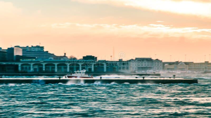 大风天在市的里雅斯特 免版税库存照片