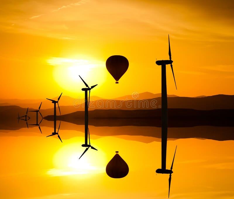大风轮机在反对山的沙漠 免版税库存图片
