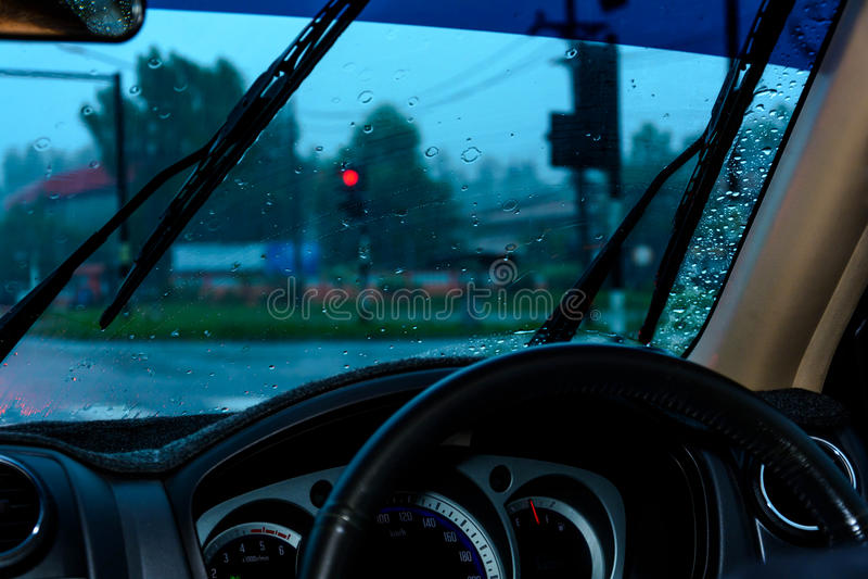 大风雨和等待交通信号 图库摄影