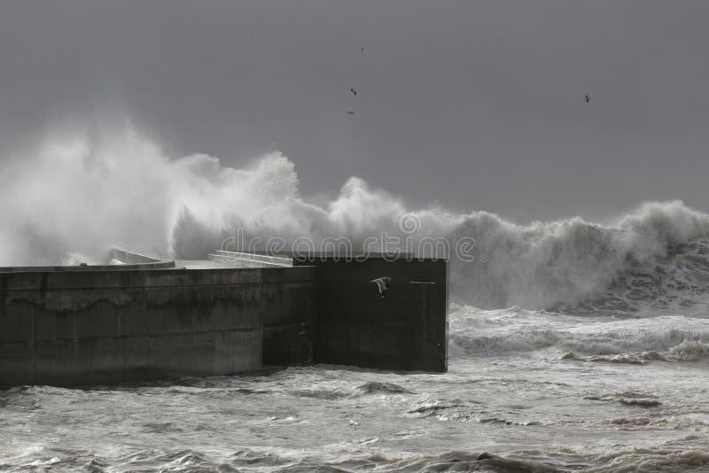大风雨如磐的波浪侵略的码头 免版税图库摄影