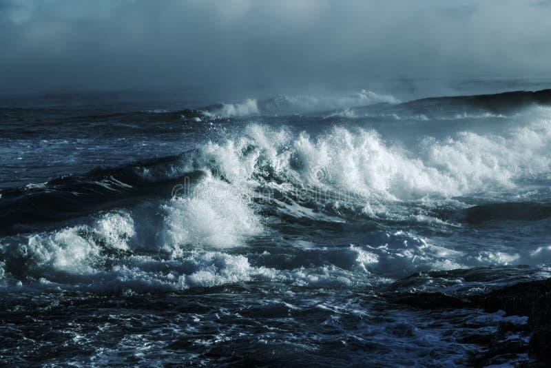 大风雨如磐的海浪 背景大海 免版税库存图片
