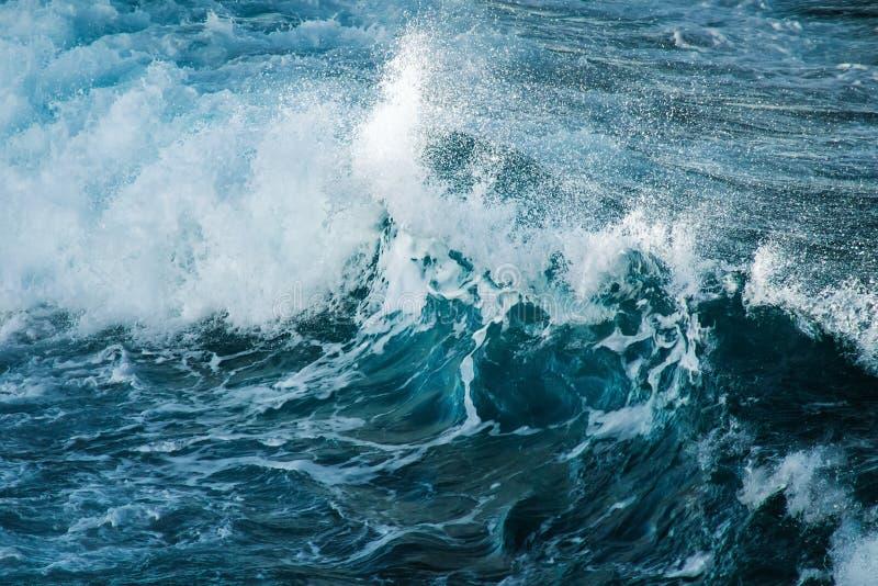 大风雨如磐的海浪 背景大海 图库摄影