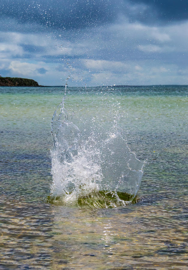 大飞溅在与原始海的水中在背景中 库存图片