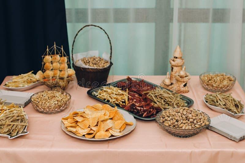 大餐桌为婚姻,公司的晚餐或者的别的设置了 图库摄影