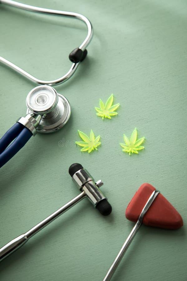 大麻大麻大麻CBD当止痛药或医疗疗法在神经学家医生办公室有反射锤子和听诊器的 免版税库存照片