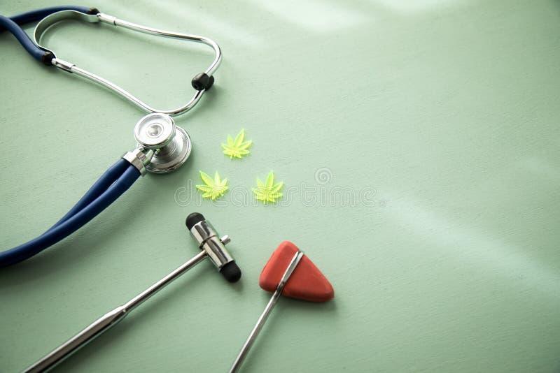大麻大麻大麻CBD当止痛药或医疗疗法在神经学家医生办公室有反射锤子和听诊器的 库存照片