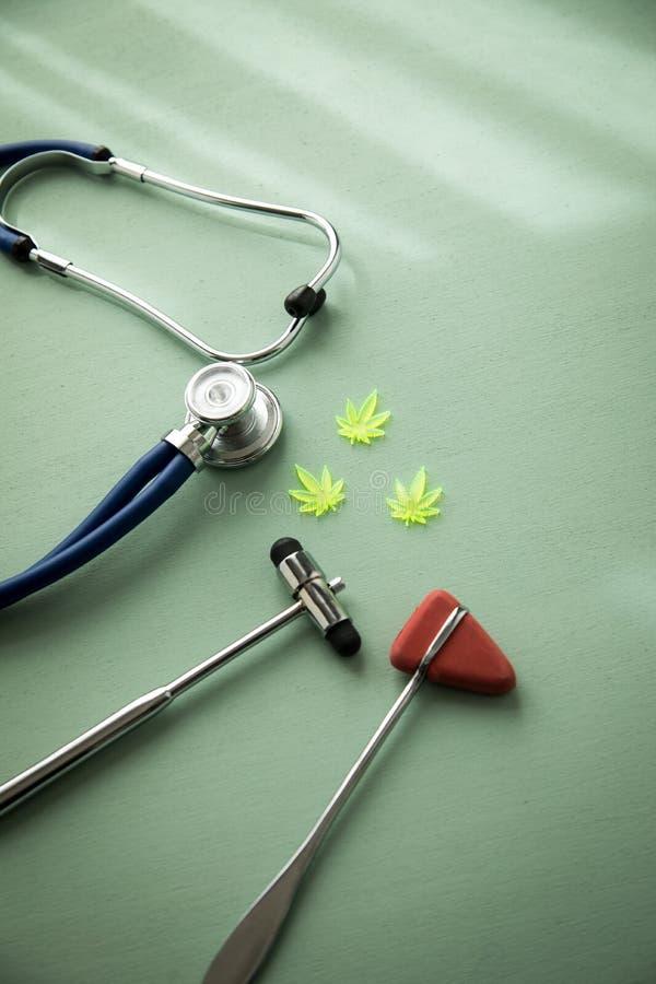 大麻大麻大麻CBD当止痛药或医疗疗法在神经学家医生办公室有反射锤子和听诊器的 库存图片