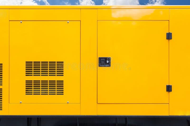 大黄色流动柴油箱紧急电力立场的自治发电器外部与蓝色云彩天空 免版税图库摄影