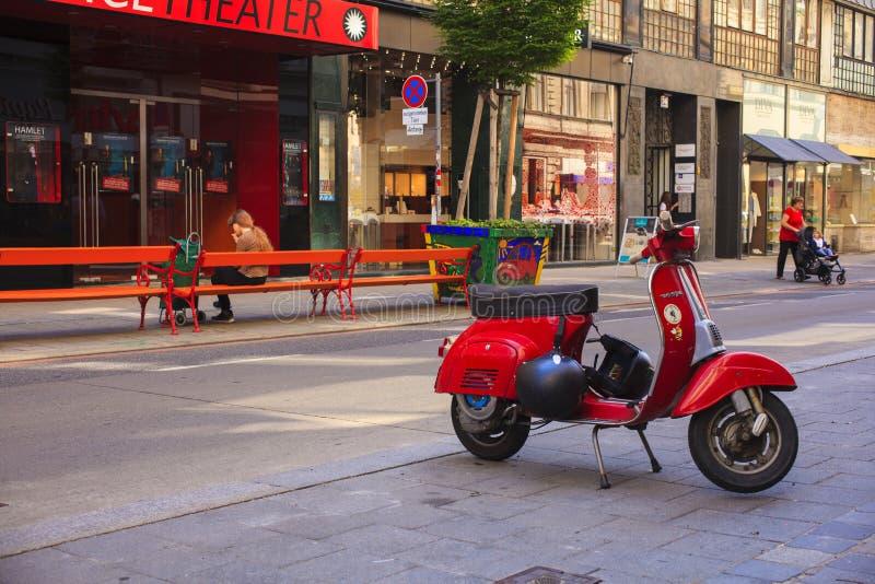 大黄蜂类,意大利滑行车在维也纳街道停放了 库存图片