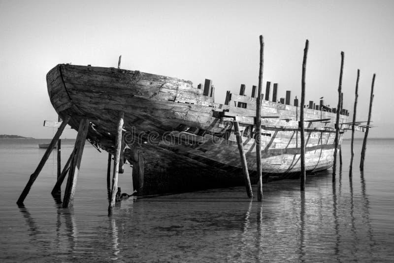 大黑色单桅三角帆船白色 免版税库存照片