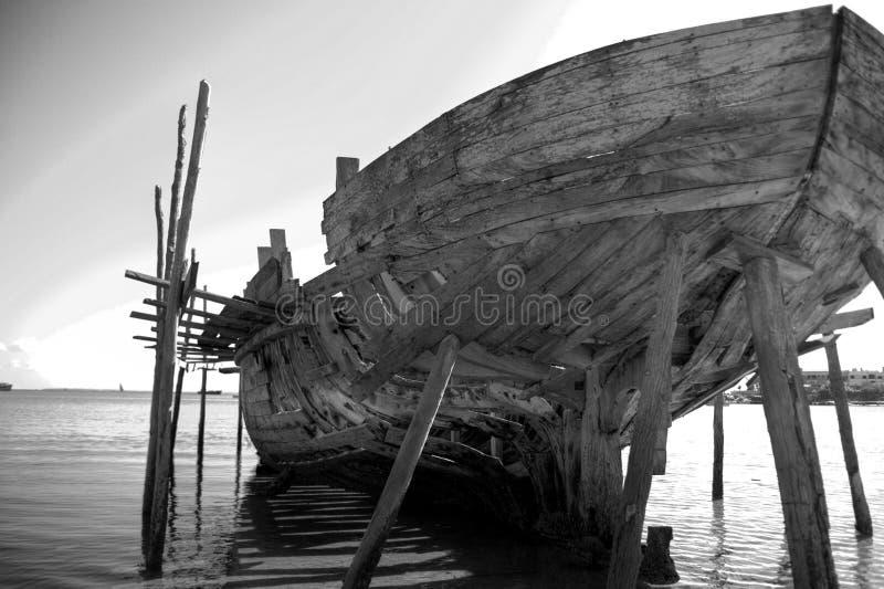 大黑色单桅三角帆船背面图白色 免版税库存图片