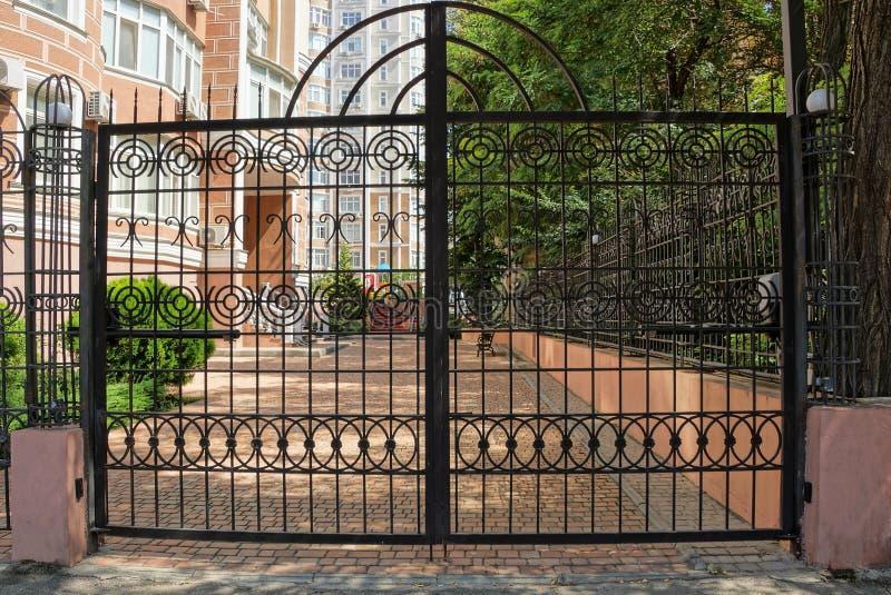 大黑门由钢标尺和锻铁样式制成在街道 库存图片