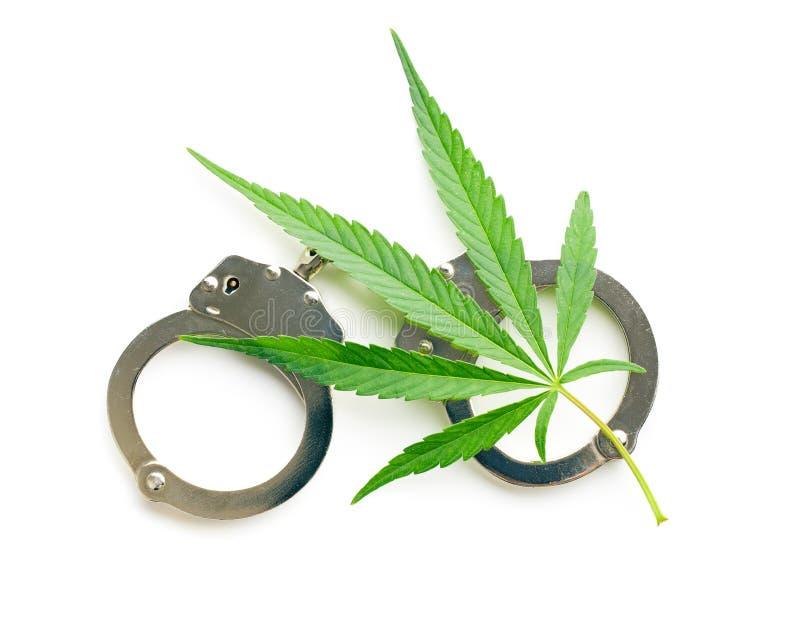 大麻叶子和手铐 免版税库存照片
