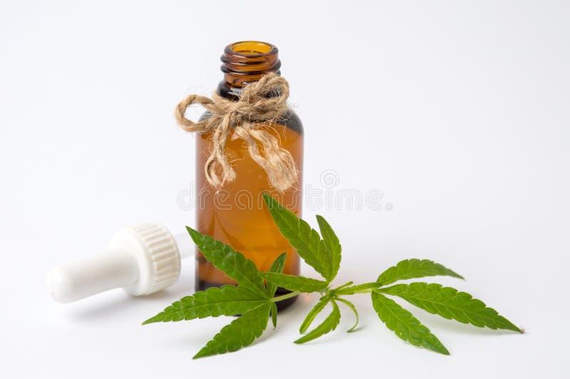 大麻叶子和油在白色 图库摄影