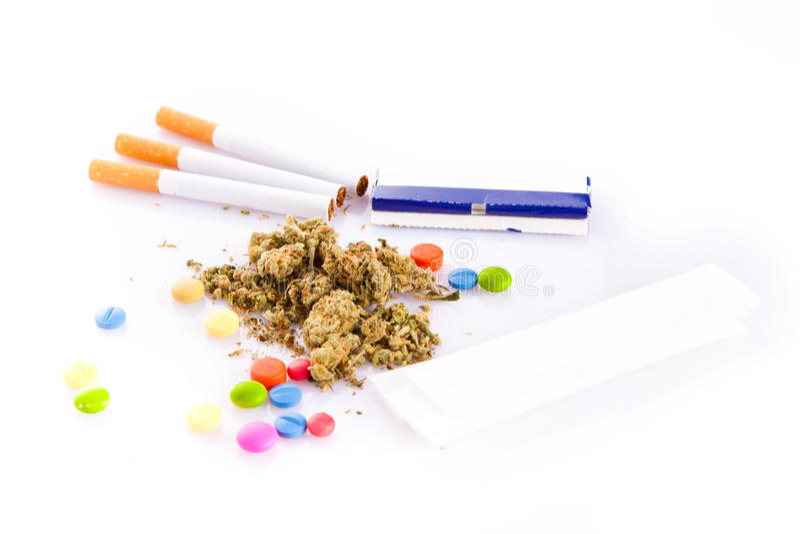 大麻和药片在白色背景,危险 图库摄影