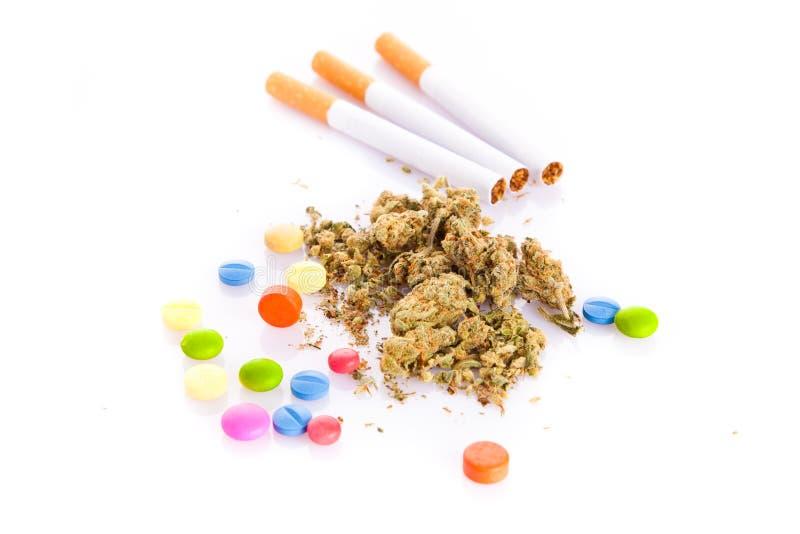 大麻和药片在白色背景,吸烟者 免版税库存图片