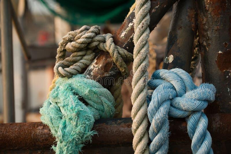 大麻绳索和索具在渔拖网渔船 免版税库存图片