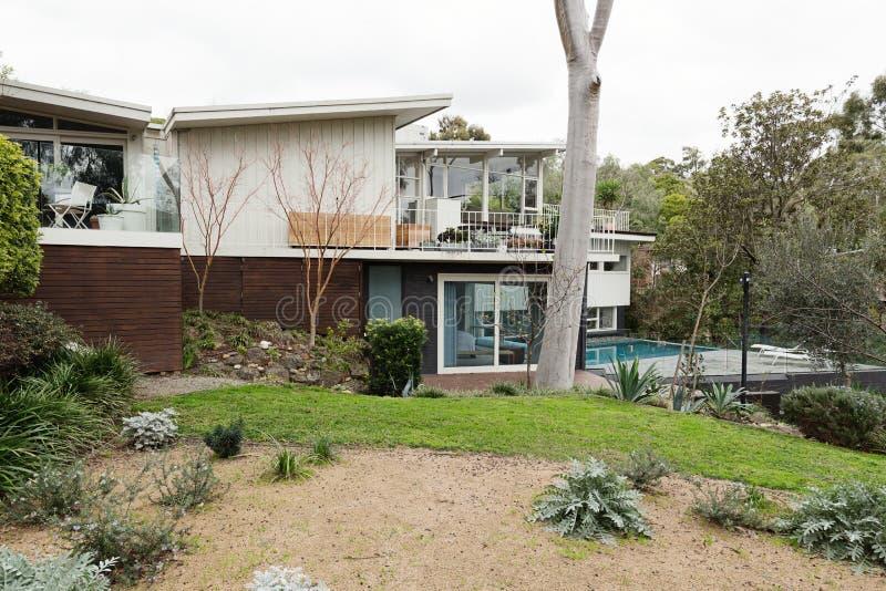 大60澳大利亚家集合在美丽的环境美化的庭院里 免版税库存照片