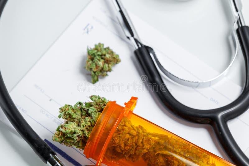 大麻芽的医疗大麻关闭有Prescripti医生的 免版税库存图片