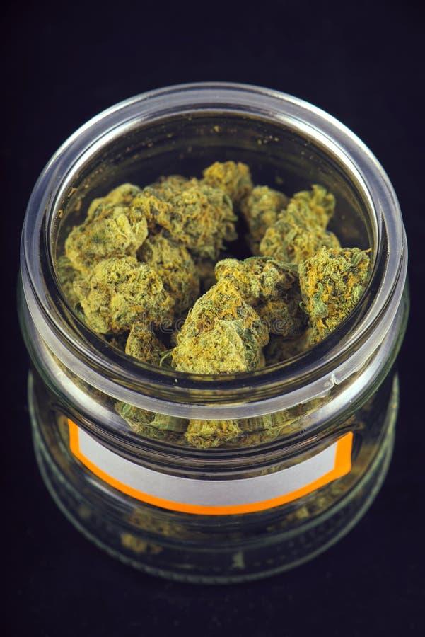 大麻芽& x28细节; 葡萄神strain& x29;在玻璃瓶子isolat 库存图片