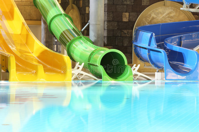 大水滑道和水池在室内aquapark 图库摄影