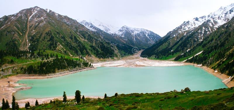 大Almaty湖全景,天山山 库存照片