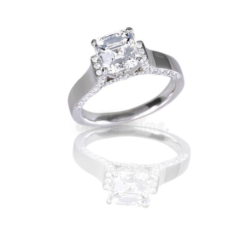 大asscher削减了现代金刚石订婚婚戒 免版税库存照片