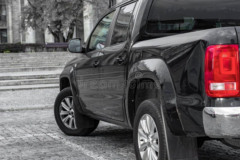 大SUV背面图 反对花岗岩步和木头背景  库存图片