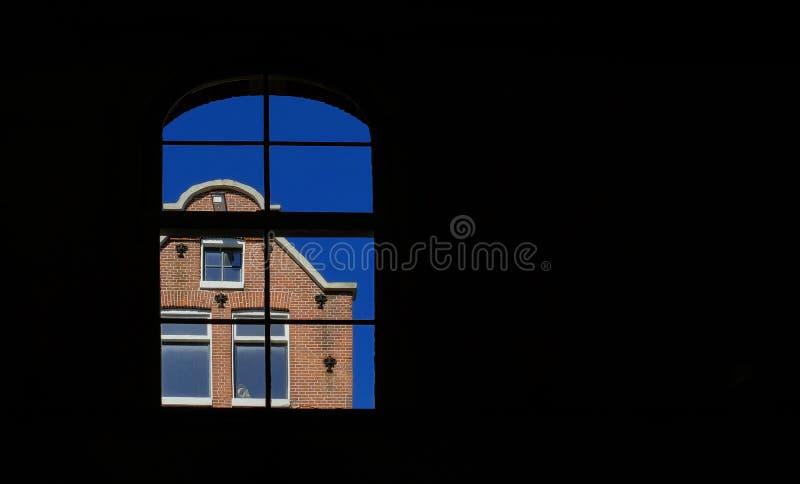 大Windows在阿姆斯特丹运河房子里在一好日子 免版税库存照片