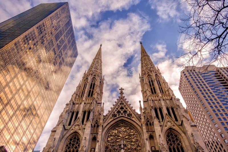 天主教圣巴特利爵主教座堂对摩天大楼 免版税库存图片